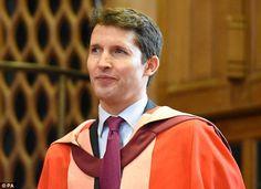 Chuffed: James ťažko obsahovať jeho úsmev, keď sa vrátil do svojho bývalého univerzity za zásluhy