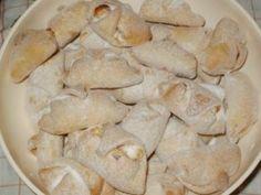 Rohlíčky ze zakysané smetany 450 g Mouka hladká  250 g  Tuk Hera,  200 g Zakysaná smetana 12%, Z mouky, zakys. smetany a Hery vypracujeme těsto. Těsto rozdělíme na 8 dílů, které vyválíme na placku. Rádýlkem každou placku rozdělíme na 8 dílků. Plníme dle chuti (tvrohovou náplní, povidly, marmeládou..) a tvarujeme rohlíčky. Pečeme na pečícím papíře v předehřáté troubě na 180 stupňů asi 20 min. (el. trouba) Poté obalujeme ještě horké v moučkovém cukru. Snack Recipes, Snacks, 20 Min, Chips, Food, Snack Mix Recipes, Appetizer Recipes, Appetizers, Potato Chip