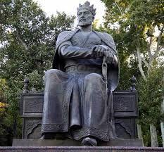 Uma das estátuas de Tamerlão, em Tashkent, Nascido nos domínios do Canato Chagatai, de uma família de pastores, agregou em torno de si diversas tribos, graças à sua competência como guerreiro, à sua astúcia como político e ao seu carisma como entusiasta da religião e das artes. Com a ajuda de um vasto exército, construiu um poderoso e agressivo império, conhecido como Império Timúrida, que não resistiria à sua morte.