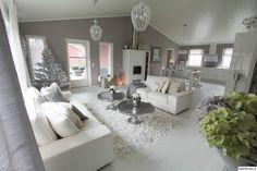 joulu,joulukoti,olohuone,olohuoneen sisustus,valkoinen,valkoinen sisustus,joulukuusi,takka,hopea