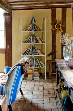 Now this is unusual and makes quite a statement....a book christmas tree!!! Bebe'!!! Another unique book tree!!! Love this idea!!!
