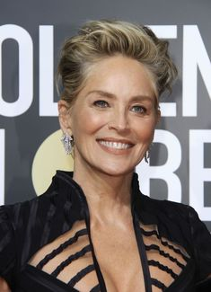 Sharon Stone Hairstyles in 2018 jgfweoc - Hair Styles Sharon Stone Short Hair, Sharon Stone Hairstyles, Short Grey Hair, Short Hair Cuts For Women, Wedge Hairstyles, Funky Hairstyles, Medium Hair Styles, Short Hair Styles, Sharon Stone Photos