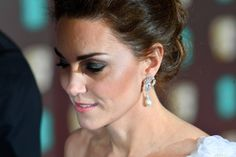 Baftas 2019 - Kate Middleton stuns in Alexander McQueen dress and pays tribute to Princess Diana with her earrings as she arrives with Prince William Kate Middleton Schmuck, Kate Middleton Jewelry, Kate Middleton Photos, Kate Und William, Prince William And Kate, Royal Albert Hall, Lady Diana, Hollywood Glamour, Meghan Markle