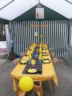 La table d'anniversaire de Morgann, car mon petit loulou adore les camions et les pelleteuses, j'ai voulu lui faire cette table, qui l'a adoré bien sûr ! jaune et noir, car se sont les couleurs de chantiers, des assiettes jaune et noir que j'ai superposé...