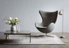 The Fritz Hansen Egg Lounge Chair, designed in 1958 by Danish architect and designer Arne Jacobsen, is a landmark of iconic modern furniture design. Antique Dining Chairs, Upholstered Dining Chairs, Design Lounge, Chair Design, Fritz Hansen, Egg Sessel, Eames Chair Replica, Rocking Chair Makeover, Design Salon