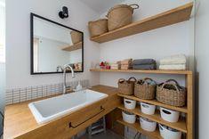 洗面台 Apartment Interior, Apartment Design, Minimalist Interior, Modern Interior, Diy Bath Salts Easy, Living Room Nook, Bathroom Sink Organization, Muji Home, Washroom Design