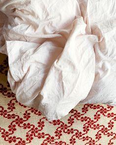 Sengetøyet til MYYK er laget av bomull med ekstra lange fibre. Det gjør trådene sterkere, smidigere og at bomullen holder seg penere lenger. 