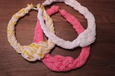 Diy T-shirt Braided Necklace: Heres a fun way to recycle your old t-shirts (: This is what you will need: 1 old t-shirt cut into 12 strips about wide 1 large lobster clasp 2 large jump rings Braided Necklace, Diy Necklace, Nautical Necklace, Necklace Tutorial, Fabric Necklace, Fabric Jewelry, Diy Tresses, Braided T Shirts, Diy Collier