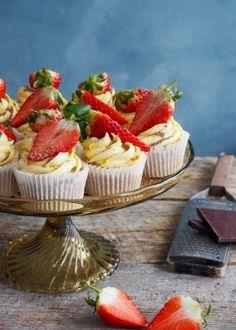 Toscakake i langpanne (med en vri) - Mat På Bordet Norwegian Cake Recipe, Cake Recipes, Muffins, Cheesecake, Strawberry, Cookies, Baking, Fruit, Desserts
