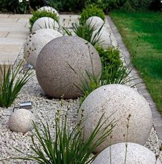 These cool and unique DIY Garden Globes are a bold statement for the modern garden room but can be softened with pretty intertwining flowers. Garden Crafts, Garden Projects, Plantas Indoor, Garden Balls, Garden Spheres, Garden Globes, Concrete Garden, Diy Concrete, Front Yard Landscaping