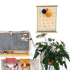 Deze plant groeit enorm... Bijna lang weekend en de zon schijnt! #myhome #bijvtwonenthuis #witwonenmetkleur #witwonenmetplanten #letterposter #plant #krijtbord #oudschoolbord #schoolstoeltje