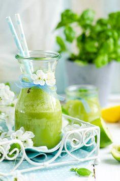 Eine Wohltat für euren Magen ist der Frucht-Grünkohl Smoothie, denn in ihm stecken viele tropische Früchte, die die Verdauung unterstützen. Besonders erfrischend wird der Smoothie durch das kalorienarme Kokosnusswasser (10 kcal auf 100 ml), das dank des enthaltenen Kaliums, das zusammen mit Natrium den Wasserhaushalt des Körpers reguliert. Auch super als Anti-Kater-Smoothie!Frucht-Grünkohl Smoothie1 gefrorene Banane1/4 Gurke1/4 Papaya1/4 Ananas2 Händevoll Grünkohl4 Eiswürfel200 ml…