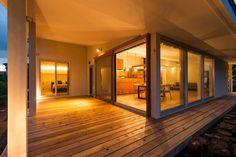 大きな一枚屋根の下で: エヌ スケッチが手掛けたtranslation missing: jp.style.バルコニー-テラス.モダンバルコニー&テラスです。 Japan Interior, Home Interior Design, Asian Architecture, Interior Architecture, Modern Japanese Interior, Sims House, House Rooms, Cozy House, My Dream Home