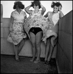 «Questa è una delle prime foto che ho scattato. Era il 1956, in cima al faro di Antibes in Costa Azzurra. Ero un ragazzino: la donna in mezzo con le mani nei capelli e un sorriso luminoso è mia madre. Il vento soffiava sulla sua gonna, come era successo in uno scatto famoso con Marylin...» (Parole e foto di Guy Le Querce per l'agenzia Magnum)
