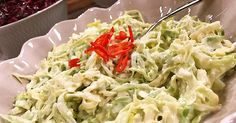 Superenkel coleslaw på spetskål, citron, majonnäs och crème fraiche. Coleslaw, Creme Fraiche, Cabbage, Vegetables, Food, Coleslaw Salad, Essen, Cabbages, Vegetable Recipes