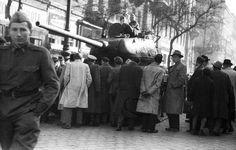 Erzsébet (Lenin) körút a Dohány utca felől a Rákóczi út felé nézve. T34/85 típusú harckocsi. T 34, Women Camping, Bergen, Wwii, Utca, World War Ii, Mountains