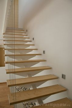 Cable balustrade, with central support on stairs