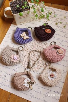 Mini crochet purses I thought these were cute, but I don& crochet . - Mini crochet purses I thought these were cute, but I don& crochet . Crochet Handbags, Knit Or Crochet, Crochet Gifts, Crochet Toys, Crochet Stitches, Crochet Patterns, Crochet Keychain, Crochet Keyring Free Pattern, Crochet Accessories