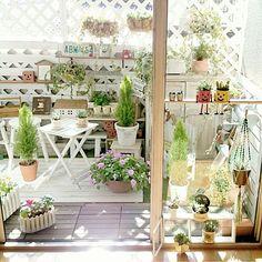ベランダをお部屋やお庭のように、好きなテイストに変えたいと思っている方も多いのでは……。床やフェンスをDIYで変身させた実例が、RoomClipにはたくさんあります。ステキなDIYのアイデアを参考に、ベランダをもっと楽しめる空間にしてみませんか?