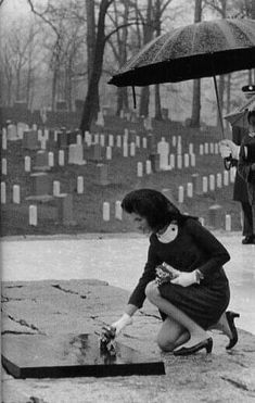First Lady Jackie Kennedy placing flowers on JFK's grave. John Kennedy Jr, Caroline Kennedy, Jacqueline Kennedy Onassis, History Teachers, Us History, American History, Yin Yang, Jfk Funeral, Jaqueline Kennedy