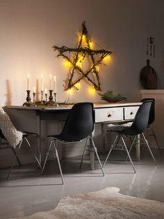 Ovanför matbordet från 1700-talet hänger en stjärna, en stomme av grenar som Ulrika först virat buxbom runt och sedan en ljusslinga.Buxbom torkar snabbt men håller sig grön länge inomhus. Vänster sida: Ulrika har stammat upp det lilla buxboms-trädet från en vanlig buxbomsplanta.