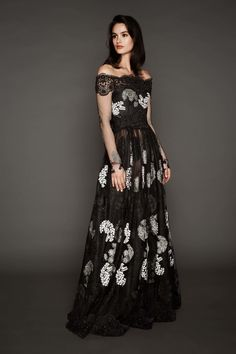 Naeem Khan Pre-Fall 2017: Beautiful off shoulder gown with white embroidered flowers!