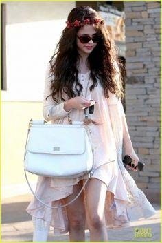 Selena  e Charity Baroni vão almoçar em Tarzana, CA  9