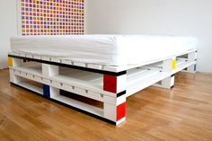 What do you think about the idea of using pallet wood as a base for your bed? Get inspired by the best recycled pallet bed frames now with our collection! Pallet Bedframe, Wooden Pallet Beds, Diy Pallet Bed, Diy Pallet Furniture, Diy Pallet Projects, Pallet Ideas, Pallet Headboards, Pallet Room, Furniture Ideas