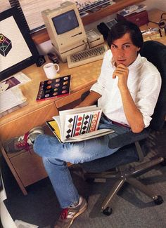 Steve Jobs - check out his Apple computer on the desk! Steve Jobs Apple, Bill Gates, Steve Jobs Photo, All About Steve, Alter Computer, Ronald Wayne, Steve Wozniak, Programa Musical, Old Computers