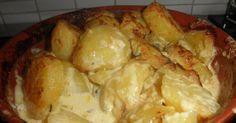 Herkullisen aterian kruunaavat nämä täyteläiset perunat. Sopivat hyvin niin lihan, kanan kuin kalankin kanssa. Aurajuustoperunat ... Food And Drink, Cheese, Meat, Chicken, Recipes, Koti, Drinks, Drinking, Beverages