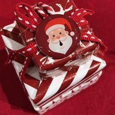 Découvrez 3 idées de décoration simple et rapide pour décoration de noël tendance. Cette année, les stickers de noël sont au goût du jour pour ajouter du peps au coin du feu ! Peps, Ajouter, Coin, Gingerbread Cookies, Simple, Desserts, Home Ideas, Firs, Snowman