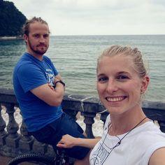 Happy faces nachm Biken am Strand in Zarautz - das kühle Wolkenwetter ist einfach perfekt. Und jetzt gibt's Wraps im Van - die haben wir uns nachm hochstrampeln auf den Berg zurück zum Campingplatz verdient