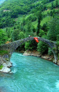 Puente sobre el río Fırtına Deresi, Turquía.