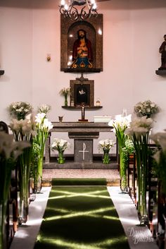 A decoração da igreja ficou maravilhosa toda em copo de leite em suportes de vidro e iluminação cruzada na passagem.