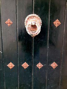 Truquen a la porta. Mai vam trobar les claus; fins que un dia, molt de temps després, ens vam adonar que aquell no era el nostre pany. #Fotorrelat #Relat #Microrrelat