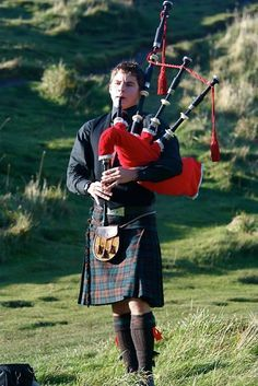 Kilt and pipe- love the sound of bagpipes! Scottish Bagpipes, Scottish Man, Scottish Kilts, Scottish Tartans, Scottish Dress, Scottish Music, Scottish Highlands, Highland Games, Tweed