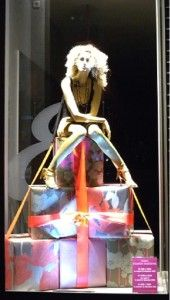 Christmas store window idea, put merchandise on to of boxes. Window Display Retail, Christmas Window Display, Christmas Store, Visual Merchandising Displays, Visual Display, Display Design, Store Design, Design Boutique, Store Displays