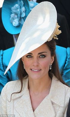 The Duchess of Cambridge attends the wedding of Zara Phillips and Mike Tindall. Estilo Kate Middleton, Kate Middleton Style, Pippa Middleton, Zara Phillips Wedding, Princesse Kate Middleton, Custom Made Hats, Herzogin Von Cambridge, Estilo Real, Royal Families