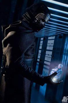 Kylo Ren looking at Han and Leia in Star Wars The Force Awakens Reylo, Kylo Ren And Rey, Kylo Rey, Star Wars Pictures, Star Wars Images, Obi Wan, Star Wars Art, Star Trek, Star Wars Personajes