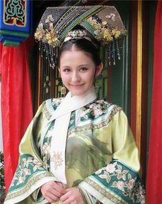 Her name is Re Yi Zha, acts as NING GUI REN  in tv drama 后宫甄嬛传.  She started out as a model initially.