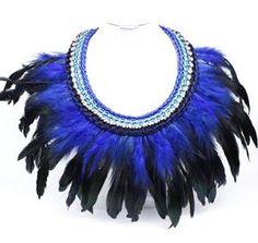 Collar de plumas en negro y azul.