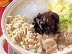 山本 麗子 さんの緑豆春雨を使った「春雨と白菜の鍋」。さっぱりスープに淡泊な具の鍋も、にんにくごま油をかけるだけで止まらないおいしさに。にんにくごま油のおいしさが際立つ一品です。 NHK「きょうの料理」で放送された料理レシピや献立が満載。