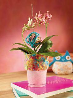 Jednoduchý kvetináč zdobený filcovaním.