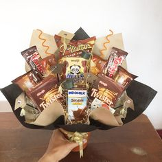 Snack Bouquet Graduation Snack Bouquet Graduation Related posts: Cereal Bar Healthy apple energy balls Salty muffins My Favorite Low Carb Vegan Snacks Flower Bouquet Boxes, Food Bouquet, Gift Bouquet, Candy Bouquet, Diy Flowers, Flowers Garden, Chocolate Bouquet Diy, Chocolate Flowers, Graduation Bouquet