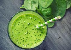 Ein ganz simples Rezept, das beim Abnehmen unterstützen soll, indem der Smoothie zum Beispiel einzelne Mahlzeiten ersetzt. Er kommt auf wenige Kalorien und stellt dem Körper zugleich wertvolle Nährstoffe zur Verfügung. Außerdem basiert dieser grüne Smoothie auf Zutaten, die nahezu das gesamte Jahr über erhältlich sind. Apfel und Babyspinat liefern Nährstoffe. Die Banane auch, allerdings