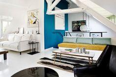 salon chic et raffiné, accentué par le bleu turquoise