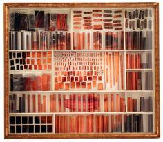 A louca arte de Micheal Mapes consiste em fragmentar retratos e depois recompô-los de diversas maneiras, explorando as expressões faciais.    Cada pedaço da fotografia é reagrupado com alfinetes, potes, frascos de vidro e até lupas, criando um efeito bizarro e interessante.    As obras ficam expostas em caixas de vidro e distorcem nossa noção de anatomia.