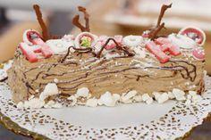 Een Vlaams kerstdiner kan niet zonder die goeie oude kerststronk. Dit stukje gebak hoort er nu éénmaal bij. Bij de warme bakker ligt de etalage vol, maar laten we hem eens helemaal zelf maken, op basis van zoete chocolade en fris-zurig rood fruit. Het is gewoon fun om te doen, en zodra de stronk versierd mag worden, gaan alle remmen los. Ho-Ho-Ho-lekker!