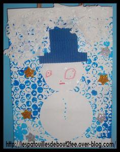 Peinture sur du papier bulle + impression sur une feuille de canson.  Collage de la feuille sur le sac  réalisation par collage d'un bonhomme de neige ( +étoiles brillantes + papier dentelle pour la neige)