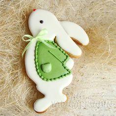 Пасхальные кролики такие милые, и пряничные, и деревянные, и текстильные! Жакетик можно сделать в другом цвете. Зайчик может быть один, или в комплекте с большим пряником в виде яичка, куличика. #сладкаяжизнь #tatlihayat #kurabiye #baharatlikurabiye #elyapimi #elisleri #сладкийподарок #cookies #sugarcookies #пряникивтурции #пряникиванталии #happyeaster #easterbunnycookies #gingerbread #gingerbreadart #пасхальныйкролик #пасхавтурции #отмечаемпасху #пряникинапасху #пасхальныйпряник…